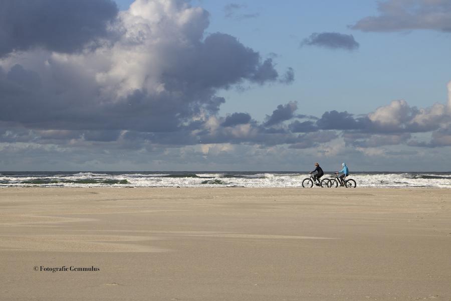 Fietsers op het strand van Terschelling/Oosterend